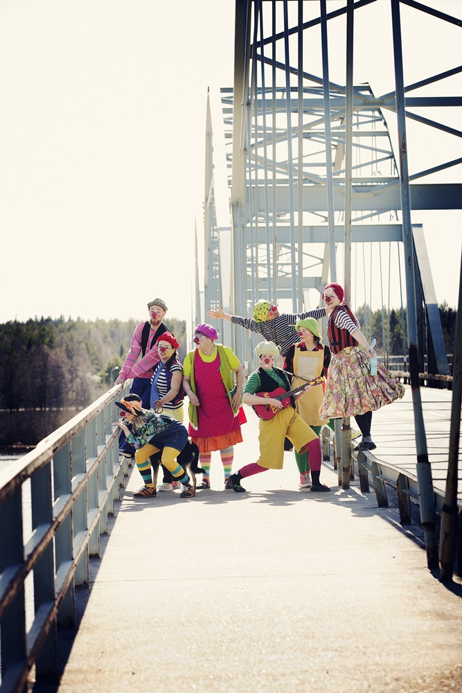 Sjukhusclowner i grupp på bro