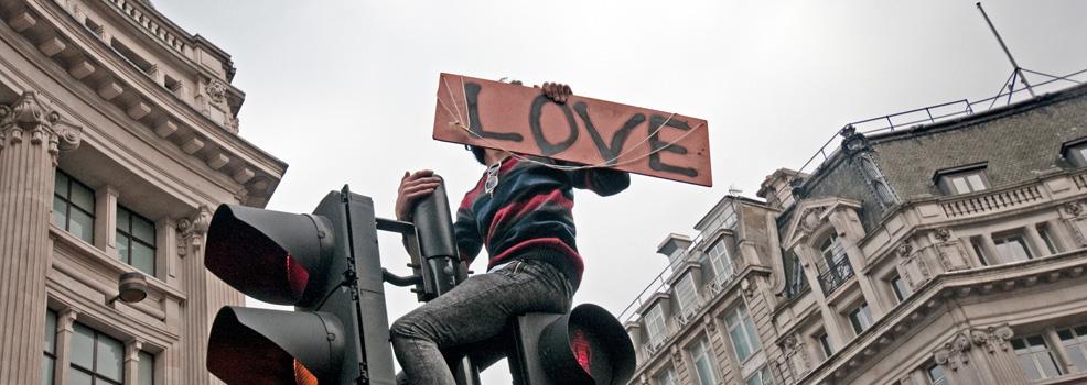 Pojke i trafikljus med textad skylt