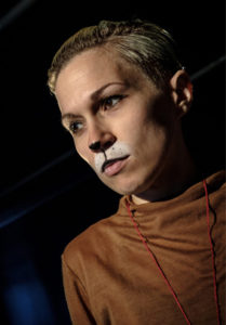 Kattmålad skådespelerska från föreställningen Gränskatten